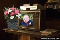 Televisão antiga com um vaso de flores