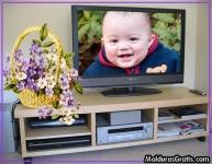 Televisão na estante, com cesta de flores