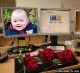 Monitores e rosas sobre o teclado