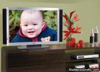 Televisão e enfeites sobre a estante