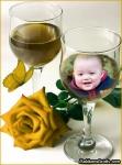 Taça de vinho, borboleta e rosa